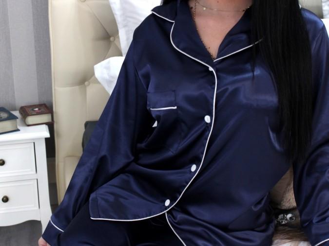 Pijama Luxury din Satin Bleumarin cu vipusca alba cod PJS13